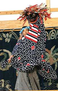 鳥海獅子まつりで披露された下百宅講中の「祓(はら)い獅子」=2006年8月