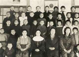 楢山幼稚園に通っていた頃(後ろから2列目左端)