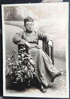 中国の民族衣装を着て記念写真に納まる父千蔵さん。上海で撮影したものとみられる