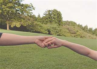 手をつなぐ2人。「今、幸せです。この人と年を重ねて、一緒の時間を過ごせて、よかった」
