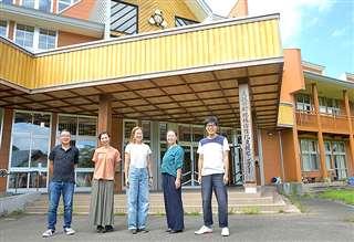 閉校した小学校の校舎を活用したシェアオフィス「馬場目ベース」。町内外から多様な人が集う場になっている=五城目町馬場目