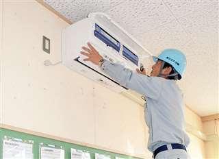 向能代小学校でエアコン設置作業を行う業者=3日