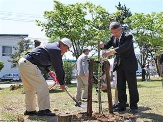 卸団地の公園に組合の発展を願い植樹(左)=平成22年