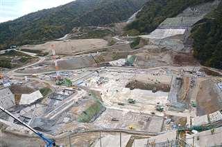 成瀬ダム建設が進む工事現場