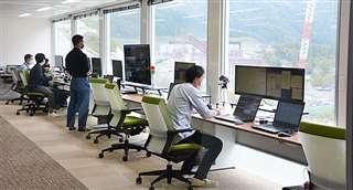 重機を監視する管制室