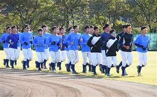 全体練習は声と足並みをそろえたランニングから始まる=にかほ市のTDK野球部練習場