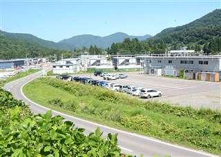 作業員宿舎が両脇に立ち並ぶ東成瀬村椿川の国道342号沿い