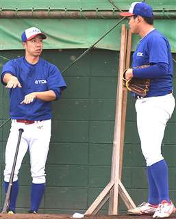 投手にアドバイスする阿部コーチ(左)。豊富な経験が基になっている=にかほ市のTDK野球部練習場