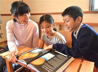 米カリフォルニア州から帰国し、古里の秋田市で過ごしている(左から)安藤詩子さんとゾーイさん、マイロ君