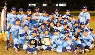 2次予選で優勝し記念写真に納まる選手たち=10月13日、福島市のあづま球場