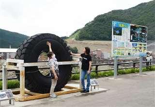 工事現場が見渡せる展望台を訪れた観光客=今年9月