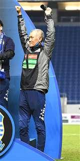 優勝セレモニーで両手を突き上げて喜びを表す吉田監督=11月18日、大阪府吹田市