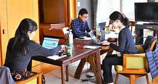 八峰町峰浜のバンガローで仕事をする日本航空の社員=10月15日
