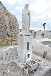 男鹿水族館GAOの駐車場にあるスイス人女性犠牲者の慰霊碑。「激濤」ではカナダ人女性として描かれた