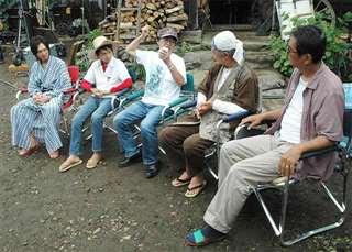 撮影現場で役者らと話す矢口さん(中央)=2008年8月
