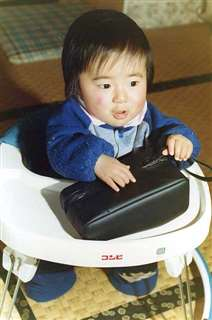 幼い頃の隆之さん。骨折を防ぐため、よく歩行器に入って過ごしていた