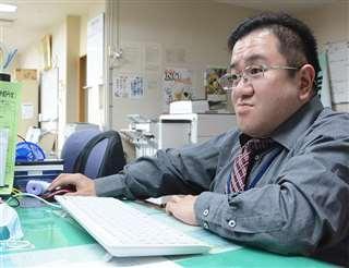 職場でパソコンに向かう隆之さん