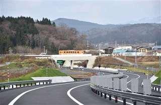 伊勢堂岱遺跡からの景観に配慮し、秋田内陸線の線路や県道の下を通る秋田道(中央)