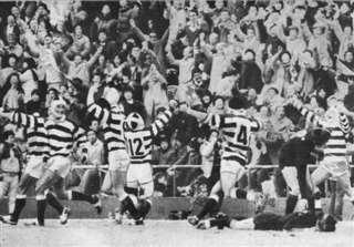 1985年1月の決勝を制し、14回目の優勝を喜ぶ秋田工の選手=大阪・花園ラグビー場