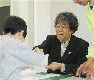 サイン会でファンの求めに応じ、笑顔で握手する矢口さん=2001年、増田まんが美術館