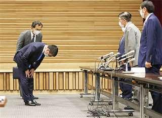 県側の関係者に頭を下げる河野氏(左手前)=6月21日、県庁