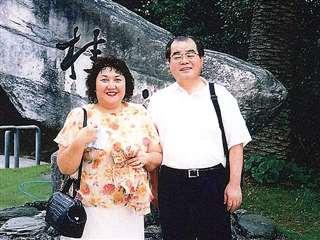 坂本龍馬の夢を見た高知市で家内と=平成14年9月