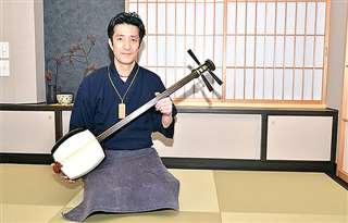 和楽器スクール開講のため改装した店舗2階で三味線を持つ梅原社長