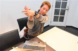 パソコンの画面に向かい、オンラインでレッスンする愛甲さん