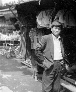 高校卒業後、衣料店などの商店が並ぶ秋田駅前で=昭和30年ごろ