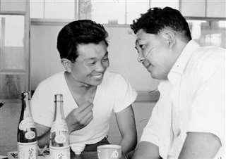 鎌田筧水さん(右)とは、よく酒を酌み交わした=昭和38年