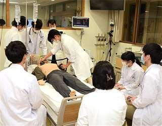救急シミュレーション実習に取り組む学生=先月8日、秋田市の秋田大医学部付属病院シミュレーション教育センター