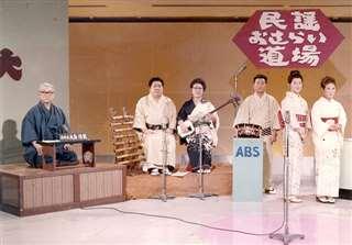 秋田放送の民謡番組で太鼓の演奏者を務めた(右から3人目)