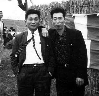 男鹿市の寒風山で開かれたイベントで、八郎潟町出身の漫芸家・大潟八郎さん(右)と=昭和40年ごろ