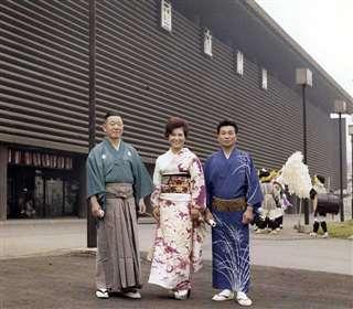「日本民謡の祭典」が開かれた国立劇場を背に、初代浅野梅若先生(左)、和子さん(中央)と=昭和43年