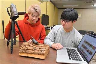 ヘラクレスオオカブトの動画を撮影する兄健佑さん(左)と弟陽佑さん