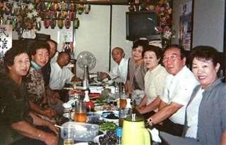 義声庵でお客さんとテーブルを囲む(左奥)