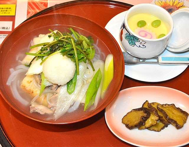 あっさりとした味わいのきりたんぽ鍋「清流セット」。つゆは透明で具の色鮮やかさが引き立つ