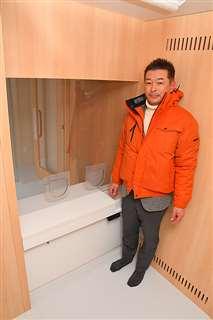 陰圧室の内部と小松社長