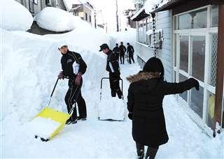 体力を生かして除雪する湯沢翔北高校野球部員=1月5日、湯沢市田町(湯沢市社会福祉協議会提供)