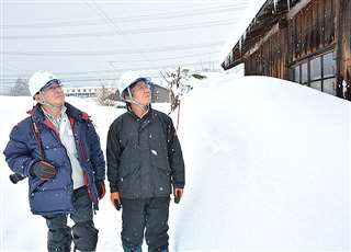 集落の積雪状況を確認する深谷さん(右)と進藤さん