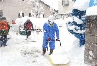 羽後町の佐藤さん(右)が参加した横手市社会福祉協議会の除雪ボランティア=4日、横手市増田町増田