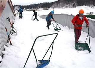雪下ろし作業をする「仙道扶助結いの会」の会員=先月28日、羽後町中仙道