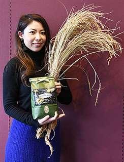 乳酸菌を使って栽培したあきたこまちの稲穂とその商品を手にする鈴木専務