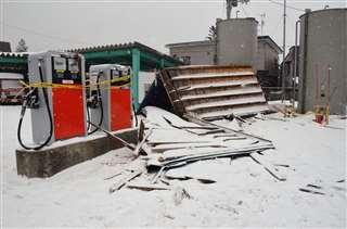 強風で約100メートル飛ばされ、会社敷地内に落下した屋根=17日午前9時40分ごろ、仙北市田沢湖生保内