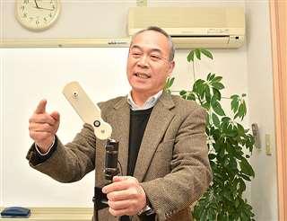 手に持った離床センサー「テントウボウシくん」について説明する伊藤社長