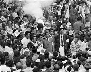 身動きできないほど人に囲まれた聖火リレー(中央)=昭和39年9月22日