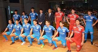 新体制発表後、引き締まった表情で写真に納まる新加入選手ら=1月13日、秋田市文化会館