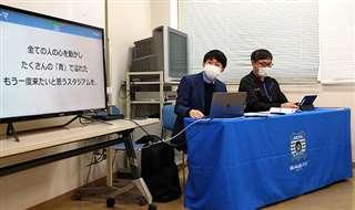 ホーム戦での出店業者向け説明会で、伊東さん(左)は盛り上げへの協力を呼び掛けた=今月10日、秋田市