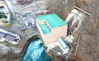 新型水車の実証試験が行われている県営の鎧畑発電所(仙北市田沢湖)=昨年12月