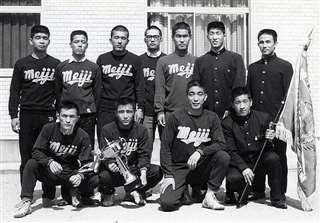 明大レスリング部の仲間と(前列左端)=昭和44年ごろ